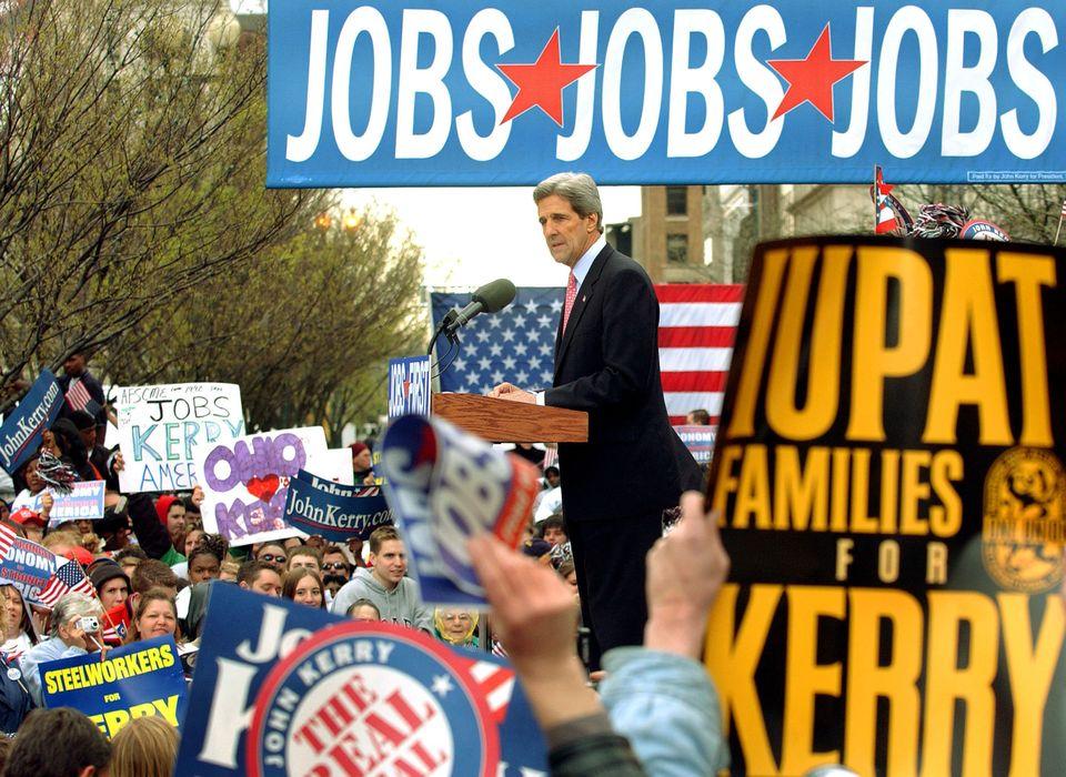 2004년 대선 민주당 후보 존 케리가 오하이오주 영스타운에서 유세를 하는 모습. 그는 '일자리 우선(Jobs First)'이라고 이름 붙인 3일짜리 버스 투어의 행선지로 오하이오주와...