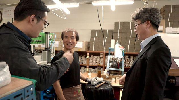 아지오 유석영 대표(오른쪽)와 직원(가운데)의 이야기를수화통역사(왼쪽)가 전달하고 있는