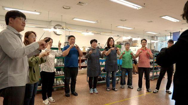 아지오는 업무 시작 전 회의를 하면서 모든 동료가 함께 수화로 노래를 배우며 청각장애인의 복지에 특별히 신경을 쓰고 있다.