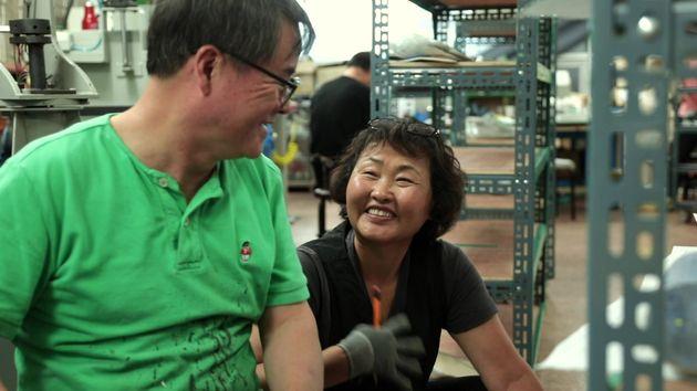 아지오 직원들이 활짝 웃으며 수화로 이야기를 나누고