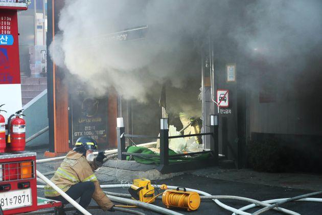 수원역 골든프라자에서 화재가 발생해 18명이