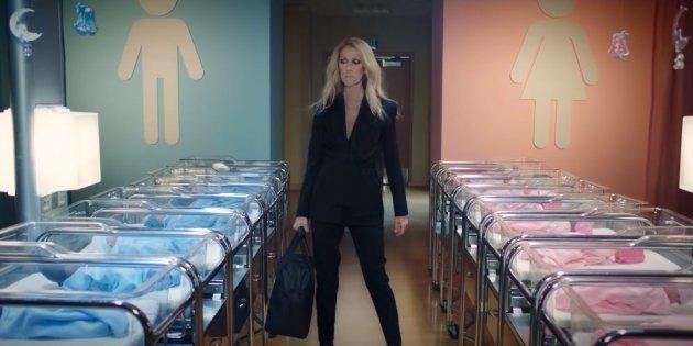 Dans ce clip promotionnel de sa marque, Céline Dion doit changer les vêtements de couleur...