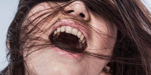 une femme mure qui adore se masturber avec une serviette