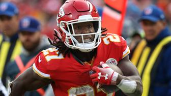 KANSAS CITY, MO - NOVEMBER 11: Kansas City Chiefs running back Kareem Hunt (27) during a 16-yard reception in the fourth quarter of a week 10 NFL game between the Arizona Cardinals and Kansas City Chiefs on November 11, 2018 at Arrowhead Stadium in Kansas City, MO.  (Photo by Scott Winters/Icon Sportswire via Getty Images)