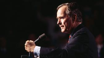 HOUSTON, TX - NOVEMBER 2: President George HW Bush giving a speech in Houston, Texas, November 2, 1992. (Photo by David Hume Kennerly/Getty Images)