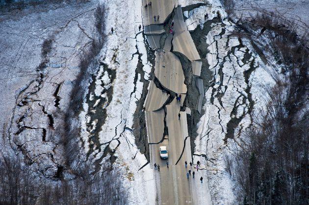 Απόκοσμες εικόνες από το σεισμό 7 Ρίχτερ στην Αλάσκα - Ζημιές σε ελληνορθόδοξη