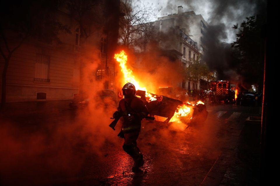 Πολιτική κρίση στη Γαλλία από το χάος που σπέρνουν τα «κίτρινα