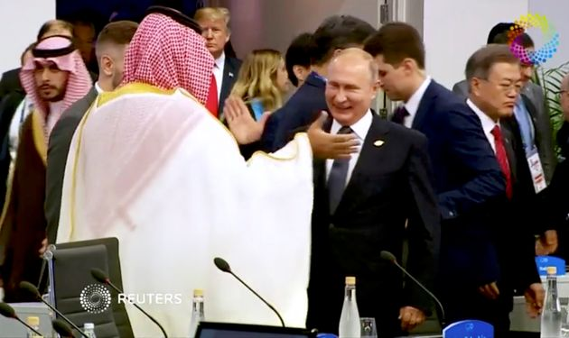 O Πούτιν κάνει «high-five» με τον πρίγκιπα της Σαουδικής Αραβίας κόντρα στη στάση των ηγετών της