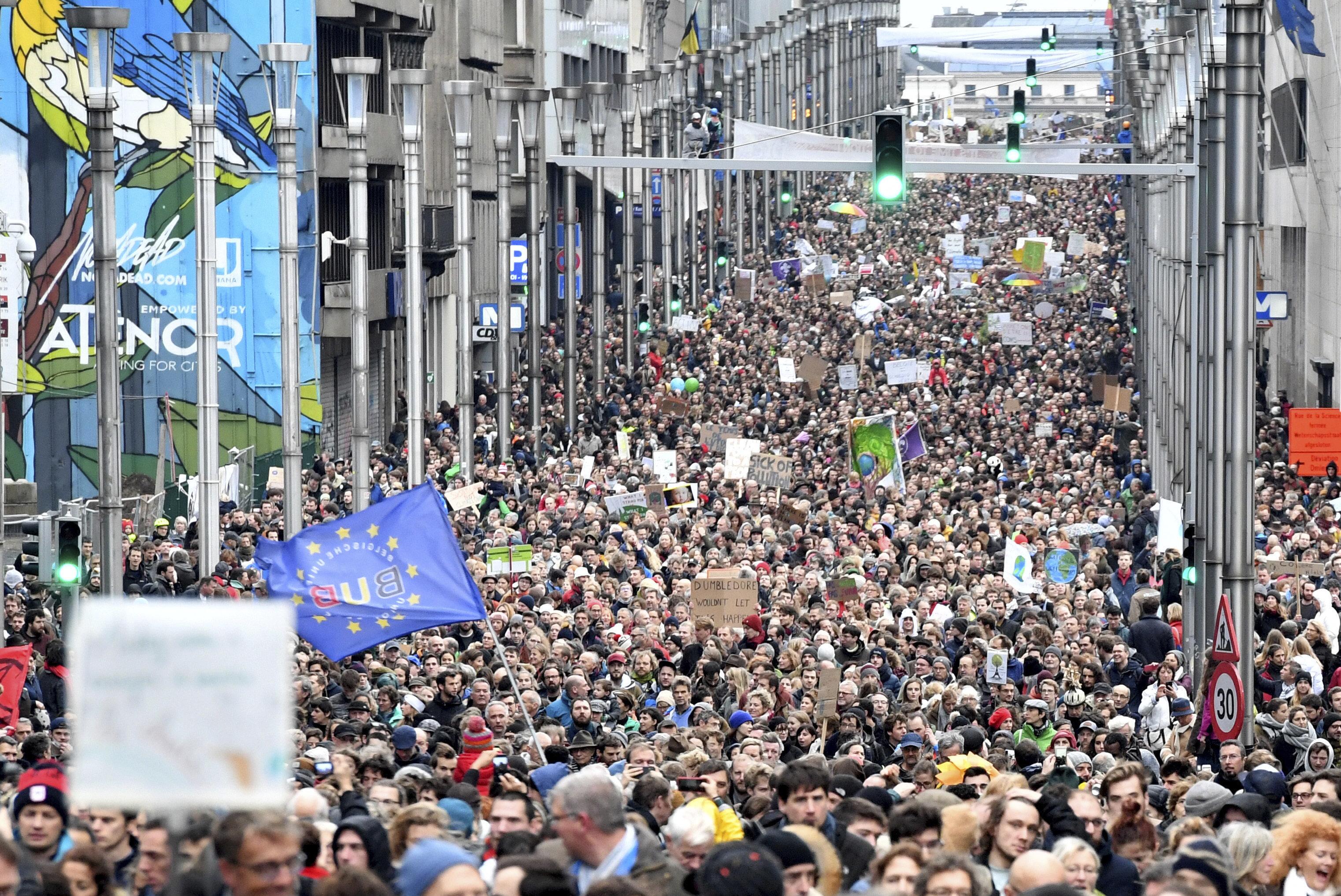 Χιλιάδες άνθρωποι διαδήλωσαν στο κέντρο των Βρυξελλών για την κλιματική