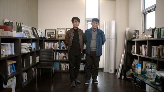 아지오 신발을 신고 있는 유시민 작가와 그와 함께 일하고 있는 이관희