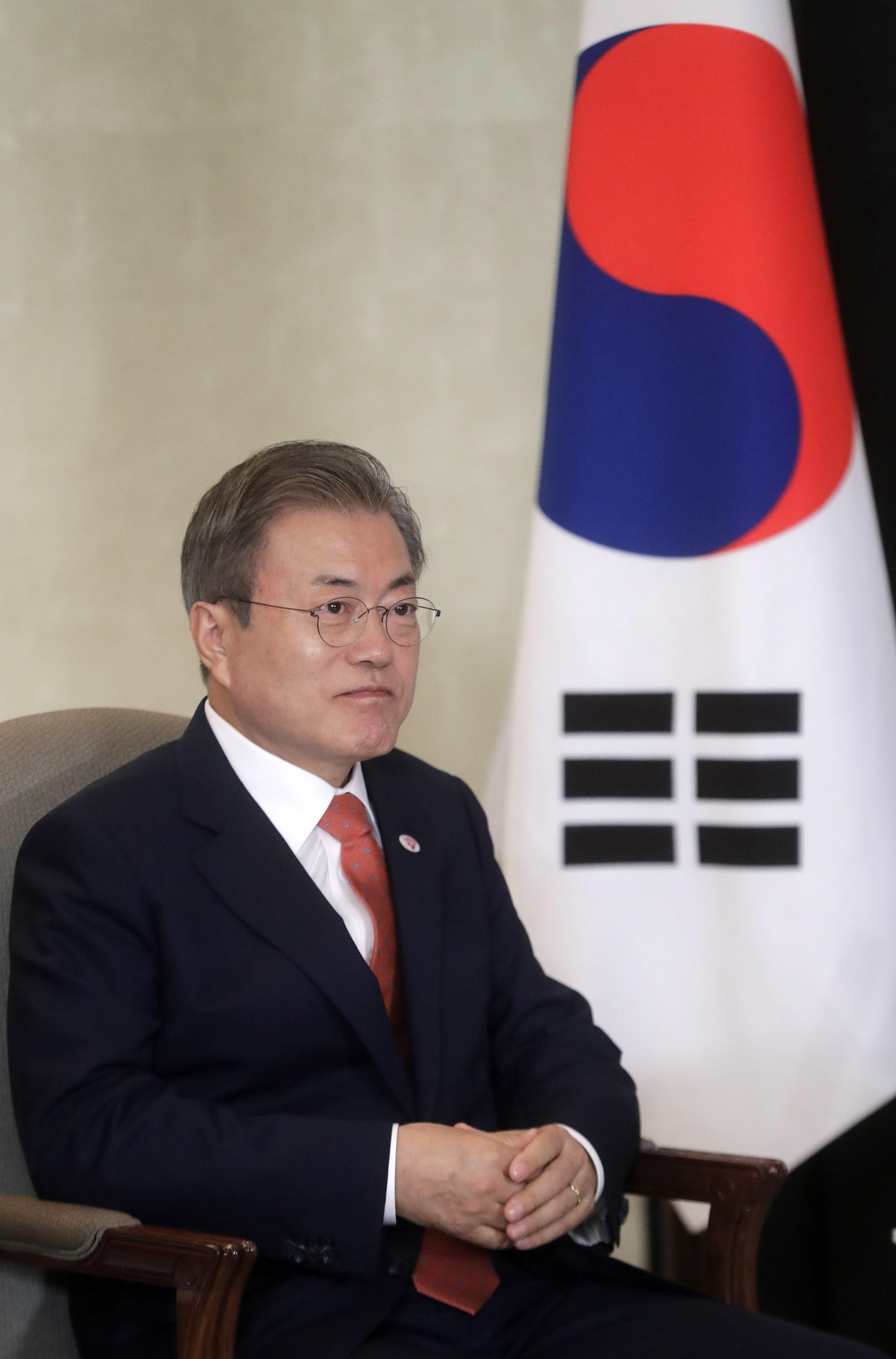 문대통령 국정지지도가 최저치를 기록했다. 한국당 지지율은 2년여 만에