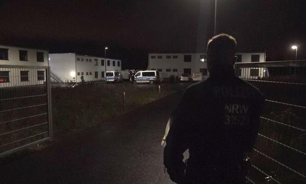 Ein Polizist steht am Tor zu einer Flüchtlingsunterkunft in dem Ort. Eine vermisste Jugendliche ist am Sonntagabend tot in der Unterkunft gefunden worden – die Mordkommission ermittelt.