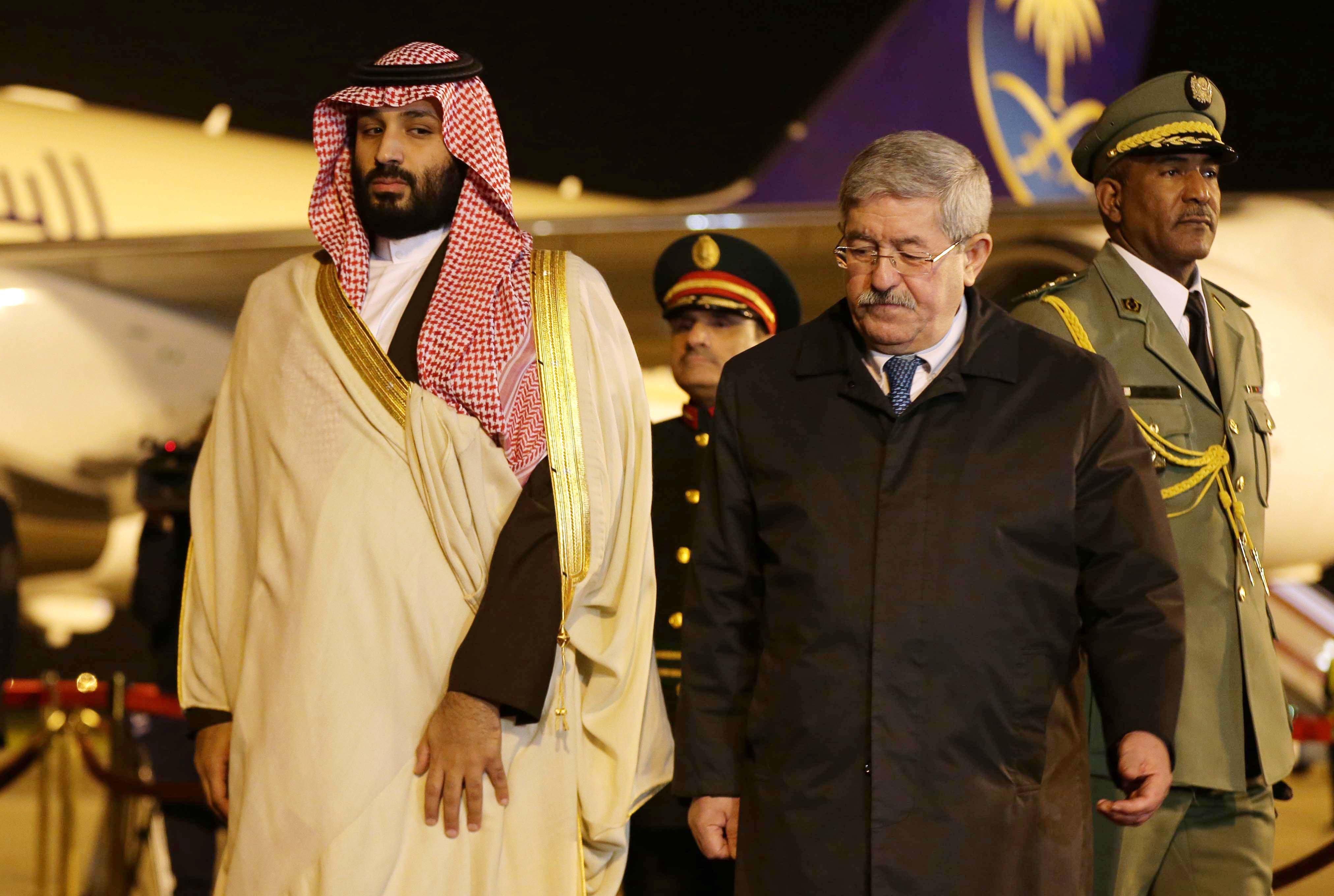 Le prince héritier saoudien Mohamed Ben Salmane à l'aéroport international d'Alger,...