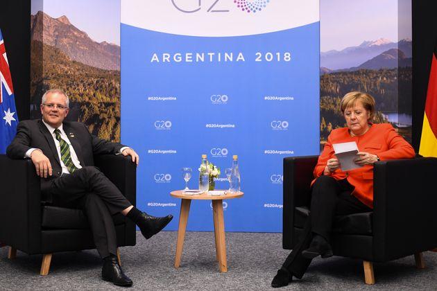 Merkel beim G20-Gipfel, noch vertieft in ihre Lektüre.