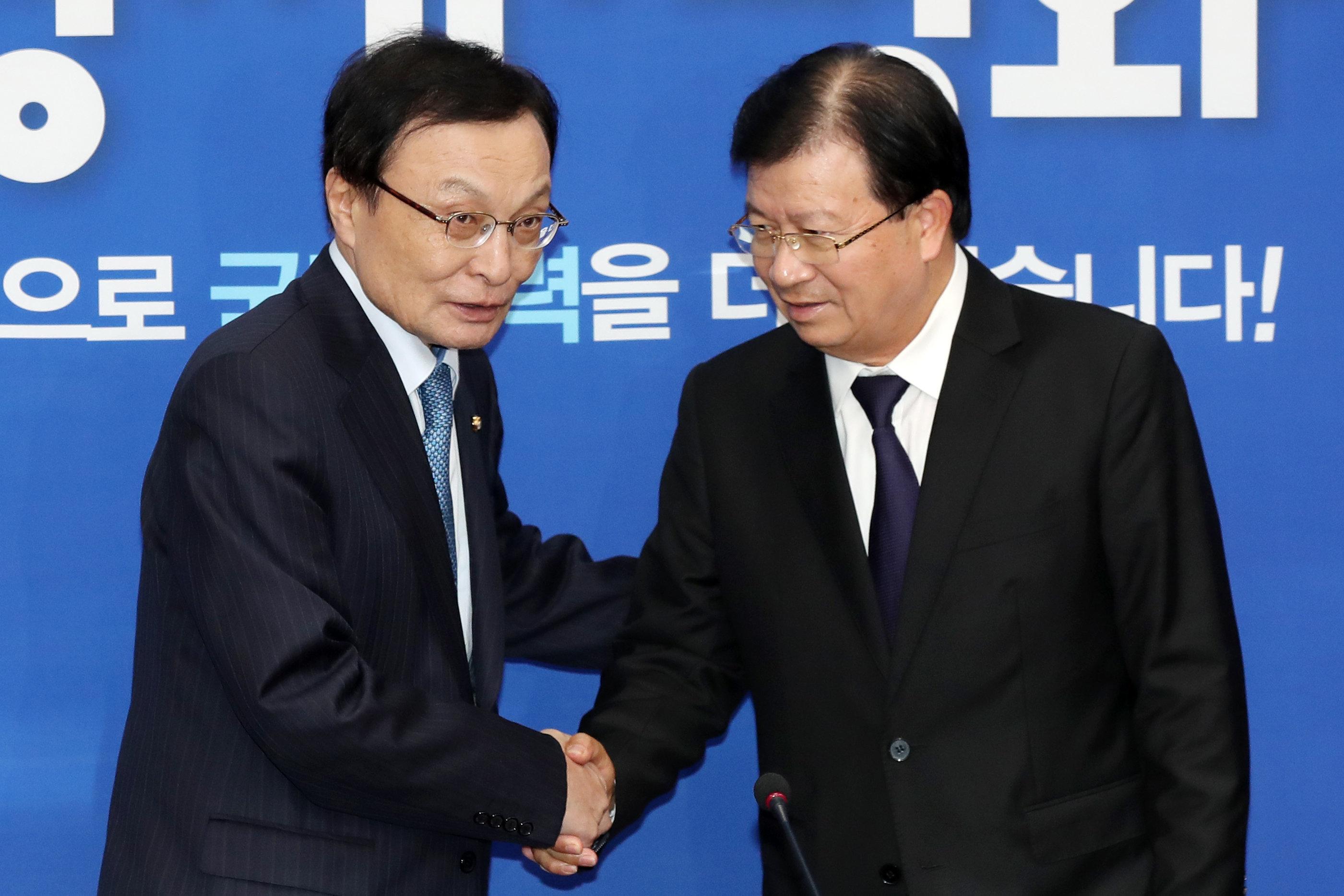 이해찬 더불어민주당 대표와 친딘중 베트남 경제부총리가 3일 서울 여의도 국회에서 만나 악수를 나누고 있다.