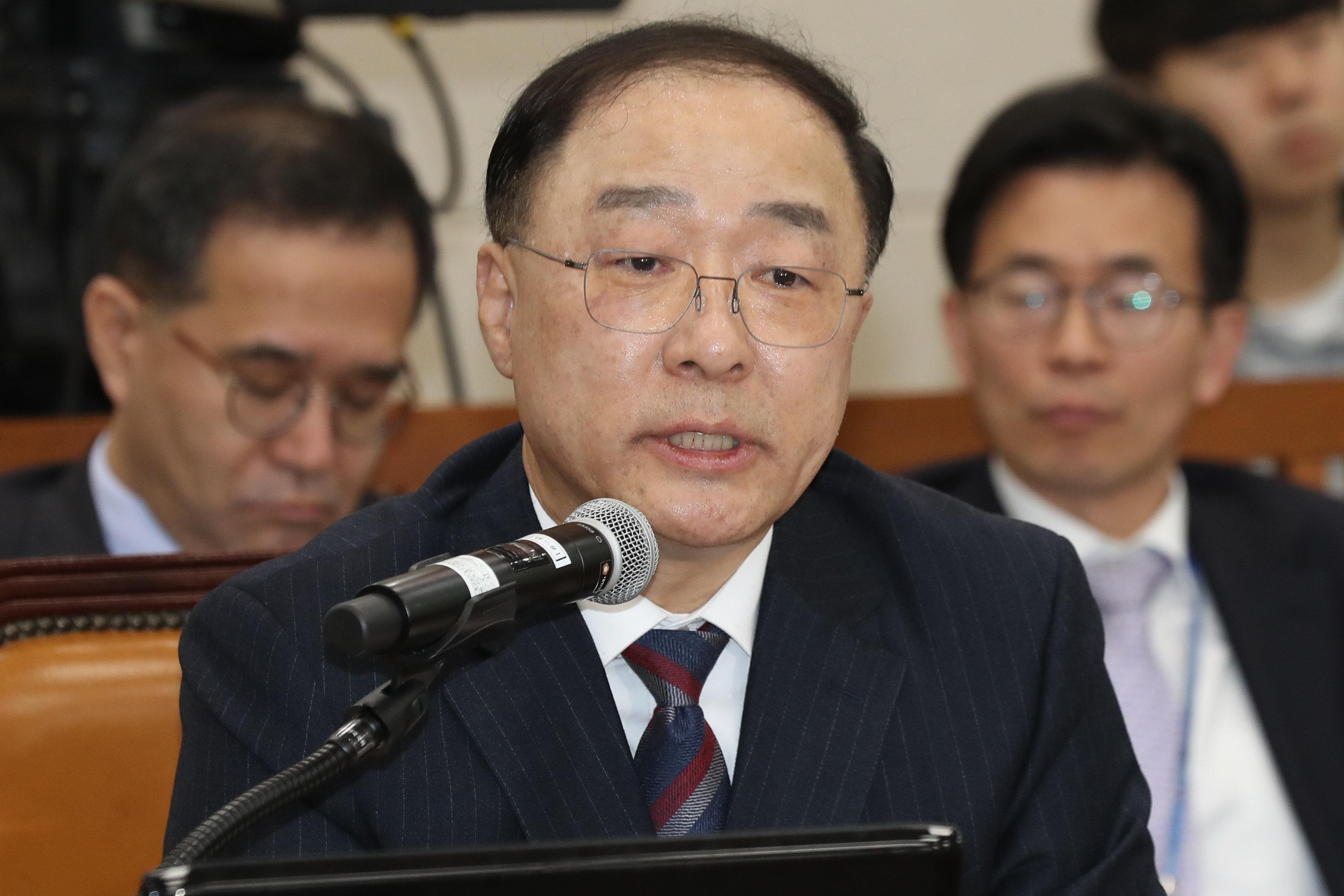 홍남기 부총리 겸 기획재정부 장관 후보자가 최저임금 인상 속도를 조절하겠다는 뜻을