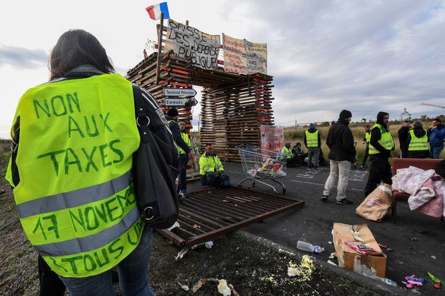 Gilets jaunes: La France gèle la hausse des taxes sur les