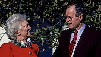 ***FILE PHOTO*** George H.W. Bush Has Passed Away Washington, DC., USA, November 30, 1989 President George H. W. Bush and his wife Barbara are in the Rose Garden of the White House. Credit: Mark Reinstein/MediaPunch /IPX