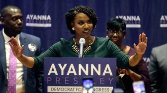 La demócrata Ayanna Pressley celebra su victoria sobre el congresista Michael Capuano, también demócrata, en las primarias del estado de Massachusetts, el 4 de septiembre de 2018, en Boston. (AP Foto/Steven Senne)