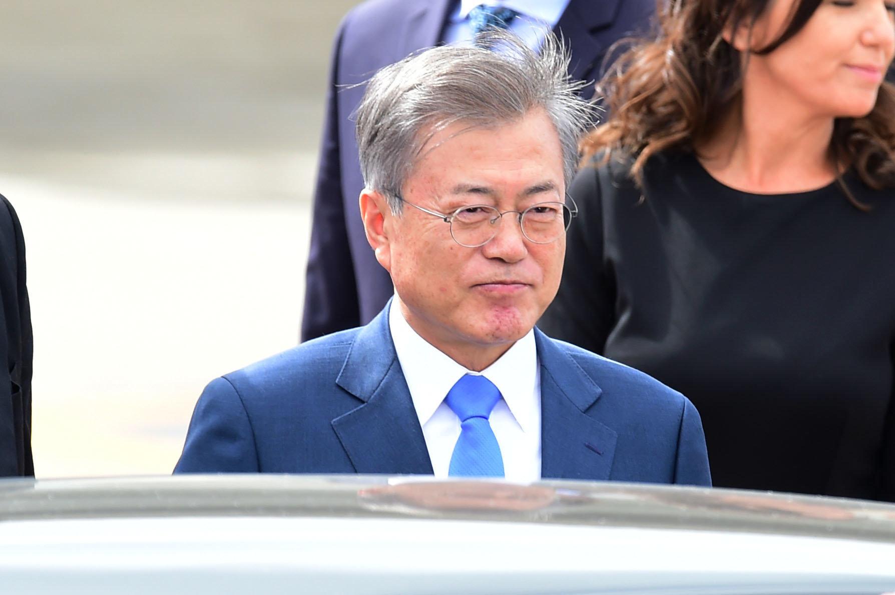 문대통령이 조국 민정수석 사퇴 주장들을