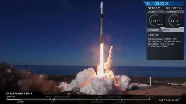 소형 위성 64대를 실은 팰컨9 로켓이 사상 처음으로 세번째 하늘로 날아오르고 있다. 웹TV 캡처.