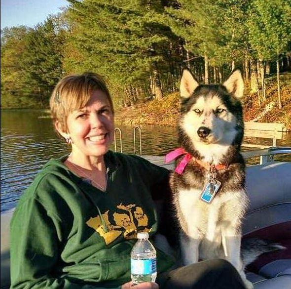 Hund schnüffelt an seiner Besitzerin und rettet ihr so drei Mal das