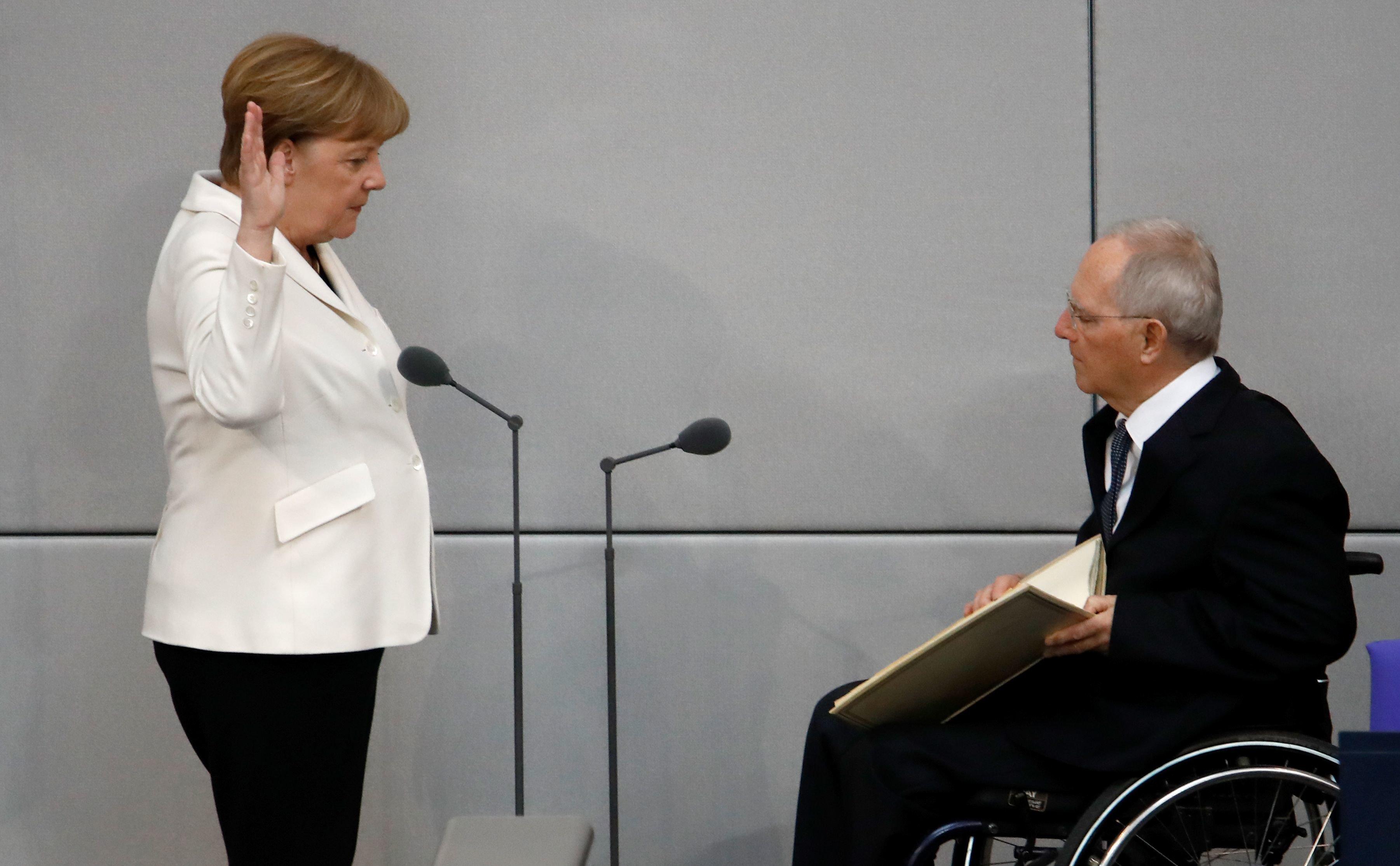 Ρήξη Σόιμπλε -Μέρκελ: Στηρίζει τον απόλυτο αντίπαλό