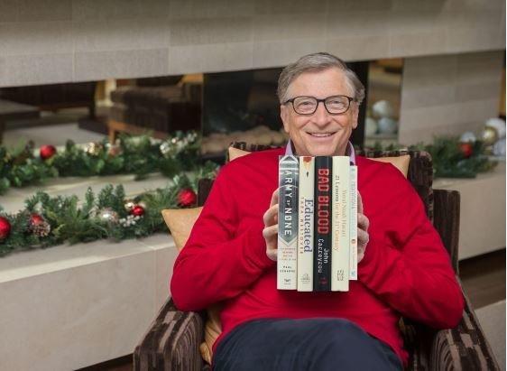 Ο Μπιλ Γκέιτς προτείνει τα 5 καλύτερα βιβλία που διάβασε φέτος και είναι από θρίλερ μέχρι βιβλία
