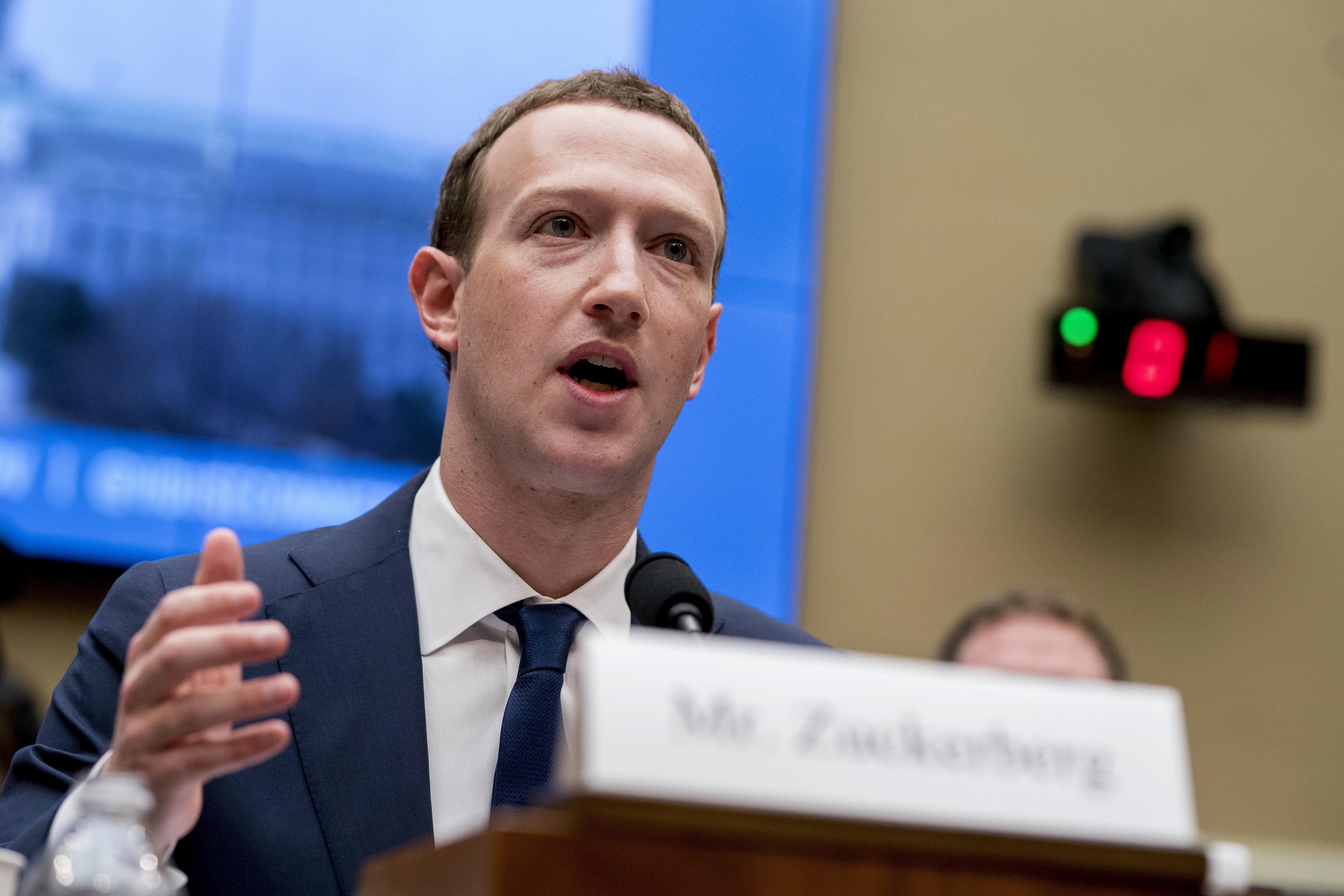 ARCHIVO - Foto de archivo, 11 de abril de 2018, del director general de Facebook, Mark Zuckerberg, en el Congreso en Washington. Comisiones parlamentarias de Canadá y Gran Bretaña pidieron el miércoles 31 de octubre de 2018 que declare ante ellas sobre noticias falsas y el internet. (AP Foto/Andrew Harnik, File)