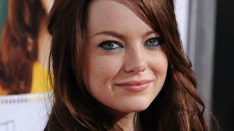 HOLLYWOOD - SEPTEMBER 13:  Actress Emma Stone arrives at the Los Angeles Premiere 'Easy A' at Grauman's Chinese Theatre on September 13, 2010 in Hollywood, California.  (Photo by Jon Kopaloff/FilmMagic)