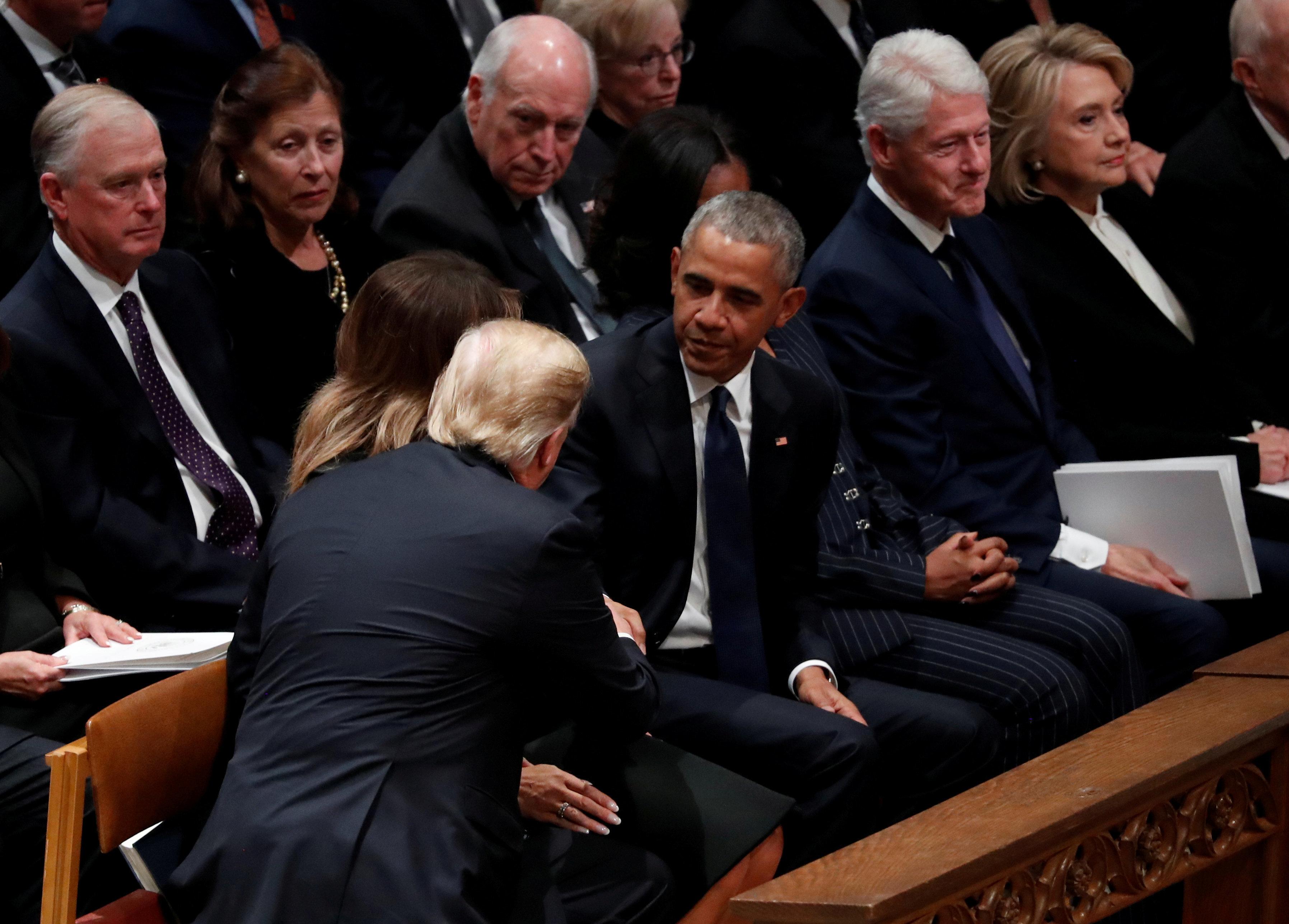 [화보] 부시 장례식 : 모처럼 만난 트럼프와 오바마가 악수를