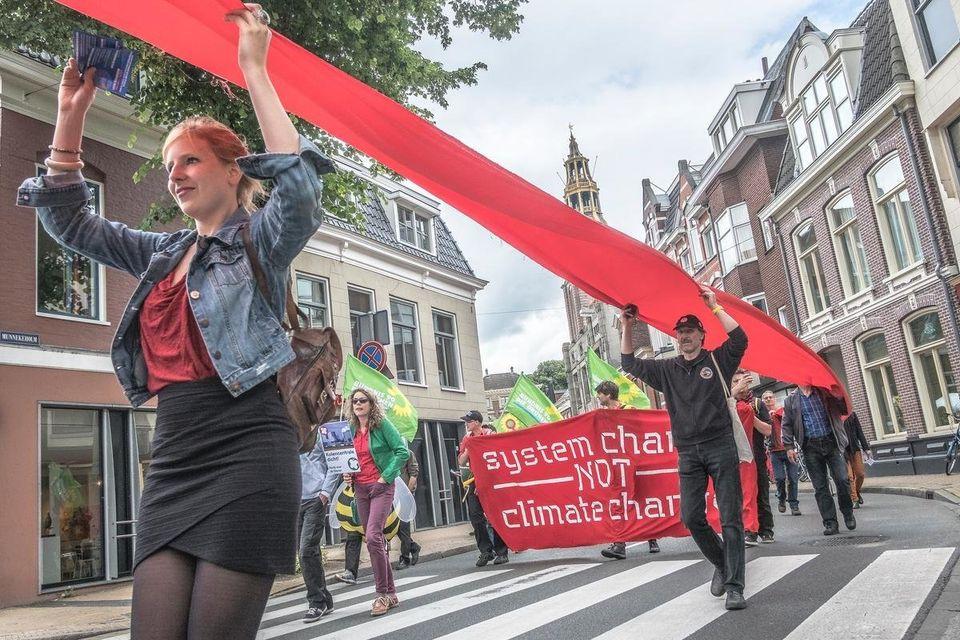 Διαμαρτυρία εναντίον των ορυκτών καυσίμων στο Groningenτης Ολλανδίας από πολίτες και ΜΚΟ, ανάμεσά τους και η Urgenda. Στις 9 Δεκεμβρίου, απαιτούμε την προστασία μας από τις κλιματικές αλλαγές στο κέντρο της Αθήνας.