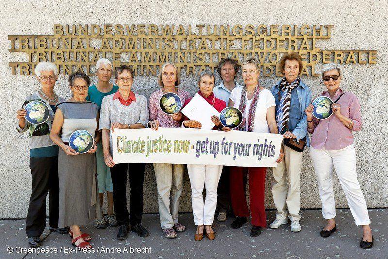 """Οι """"Γυναίκες άνω των 60 για την Προστασία του Κλίματος"""" (KlimaSeniorinnen), ζητούν από την ελβετική κυβέρνηση να προστατεύσει την επόμενη γενιά από τις καταστροφικές κλιματικές αλλαγές."""