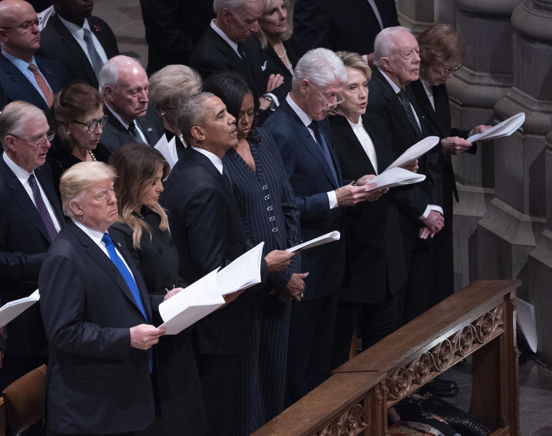 Donald und Melania Trump bei Trauerfeier: Was sie während des Gebets machen, sorgt für