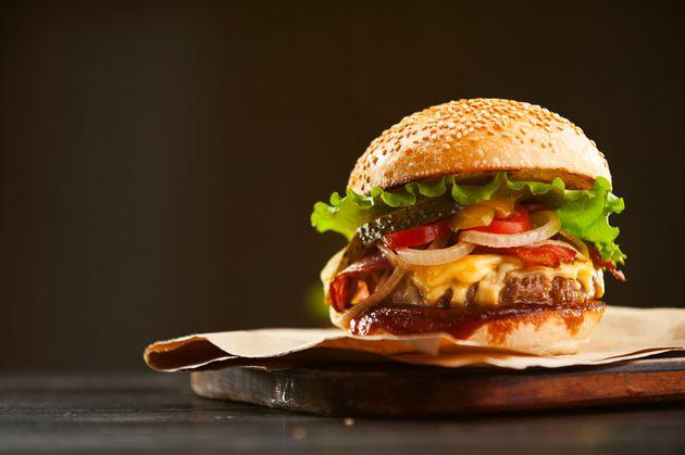 Ο σεφ που ετοιμάζει ένα «γκουρμέ burger» ανά 30