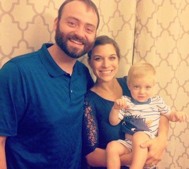 Kelsie mit ihrem Ehemann Aaron und ihrem gemeinsamen Sohn.