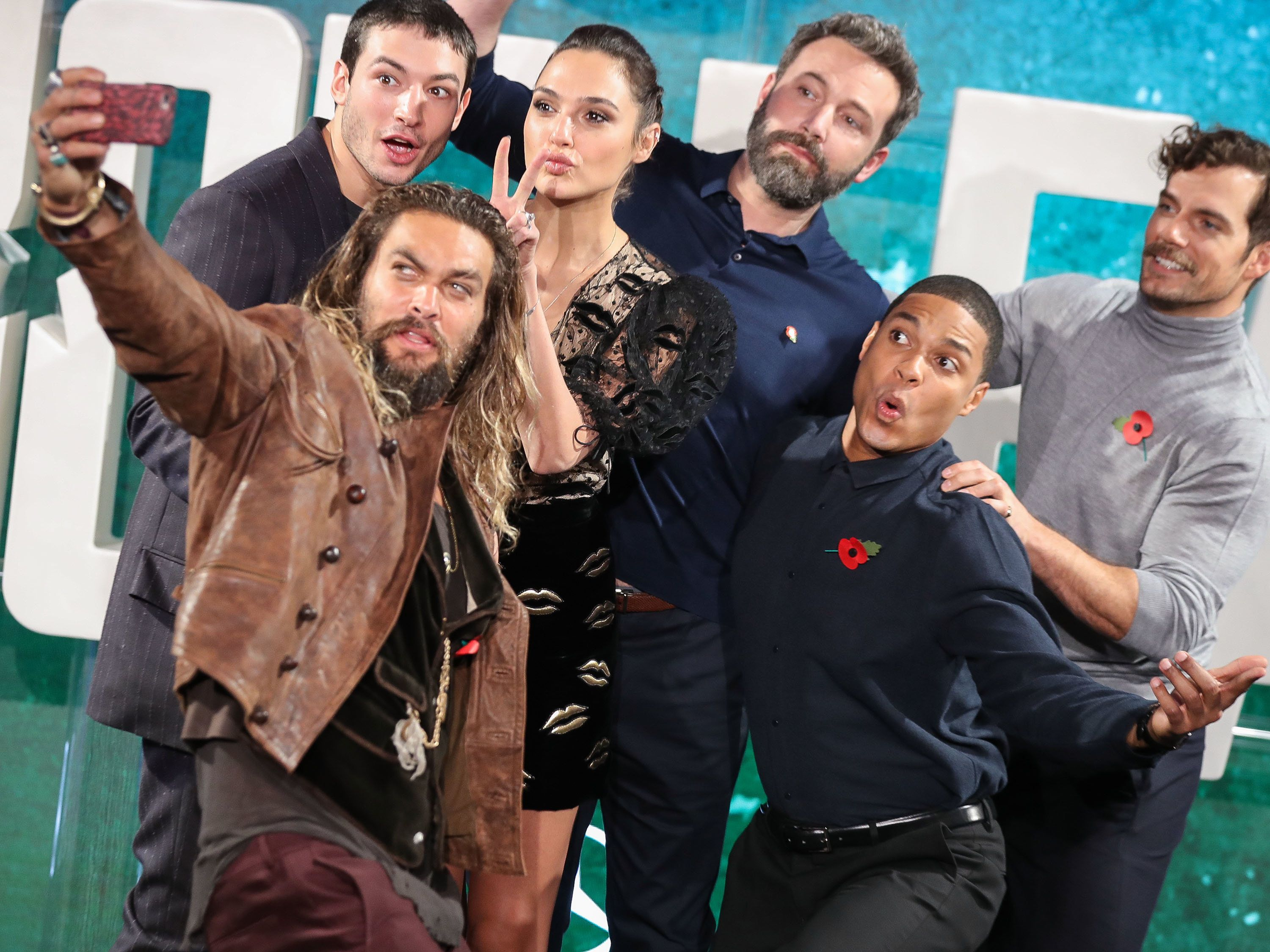 LONDON, ENGLAND - NOVEMBER 04:  Jason Momoa, Ezra Miller, Gal Gadot, Ben Affleck, Ray Fisher and Henry Cavill  attend the 'Justice League' photocall at The College on November 4, 2017 in London, England.  (Photo by Mike Marsland/Mike Marsland/WireImage)