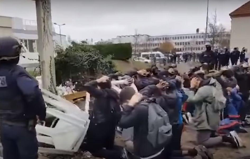 Ces images d'arrestations de jeunes lycéens en France