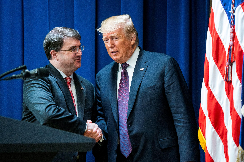 WS01. WASHINGTON (EE.UU.), 15/11/2018.- El presidente de los Estados Unidos, Donald J. Trump (d), da la mano al secretario de Asuntos de los Veteranos Robert Wilkie (i) durante un acto para hablar el apoyo del gobierno de EE.UU. hacia los veternos, en el edificio de la Oficina Ejecutiva de Eisenhower, en Washington, DC, EE. UU., hoy, jueves 15 de noviembre de 2018. La semana pasada, Trump enfrentó una ola de críticas por cancelar una visita a un cementerio para las tropas estadounidenses en Francia debido a la lluvia. EFE/Jim Lo Scalzo