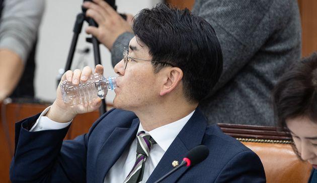 '유치원 3법'을 발의한 박용진 더불어민주당 박용진 의원이 6일 서울 여의도 국회에서 열린 교육위 법안심사소위 회의에서 물을 마시고