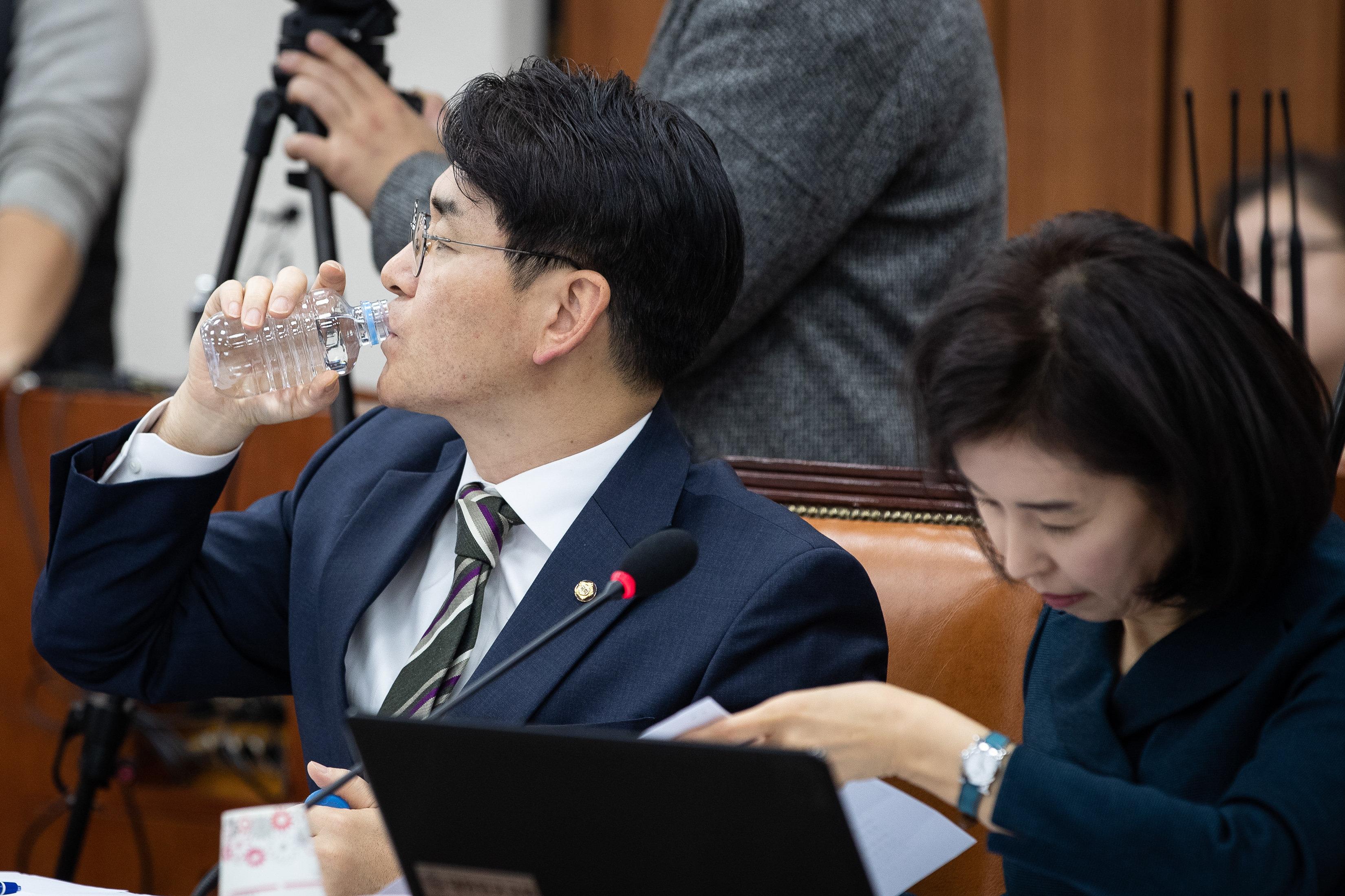 '유치원 3법'을 발의한 박용진 더불어민주당 박용진 의원이 6일 서울 여의도 국회에서 열린 교육위 법안심사소위 회의에서 물을 마시고 있다.