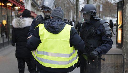 """""""Gilets jaunes"""": la France retient son souffle avant des manifestations à"""
