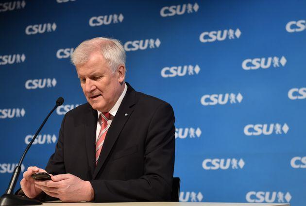 Hat es noch nicht so mit der neuen Smartphone-Technologie: Bundesinnenminister Horst