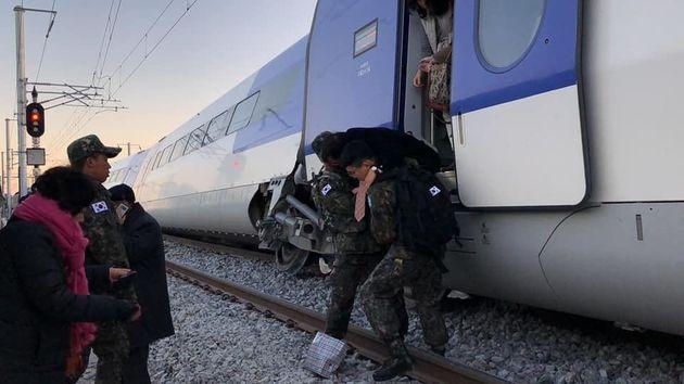 8일 오전 7시35분께 강릉선 남강릉 부근에서 198명의 승객을 태운 채 탈선한 케이티엑스 열차의
