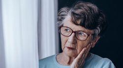Rentnerin in Pflegeheim blickt aus dem Fenster – und sieht nackten