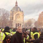 Η Ούμα Θέρμαν ποζάρει στο Παρίσι με τα «Κίτρινα