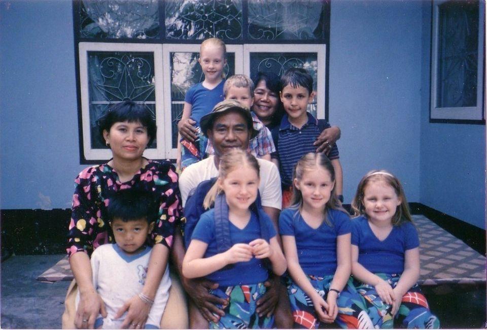 Edwards (zweite von rechts) mit einigen ihrer Geschwister in Thailand, 1987.