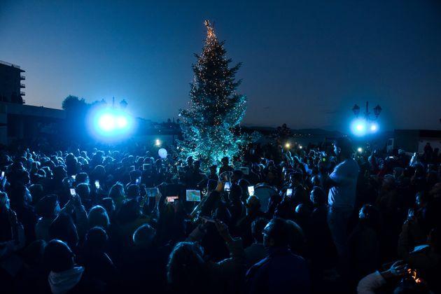 Μάτι: Άναψε το Χριστουγεννιάτικο