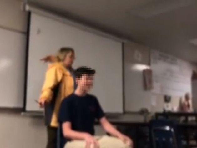 Δασκάλα στις ΗΠΑ έκοβε τούφες από τα μαλλιά μαθητών της τραγουδώντας τον Εθνικό