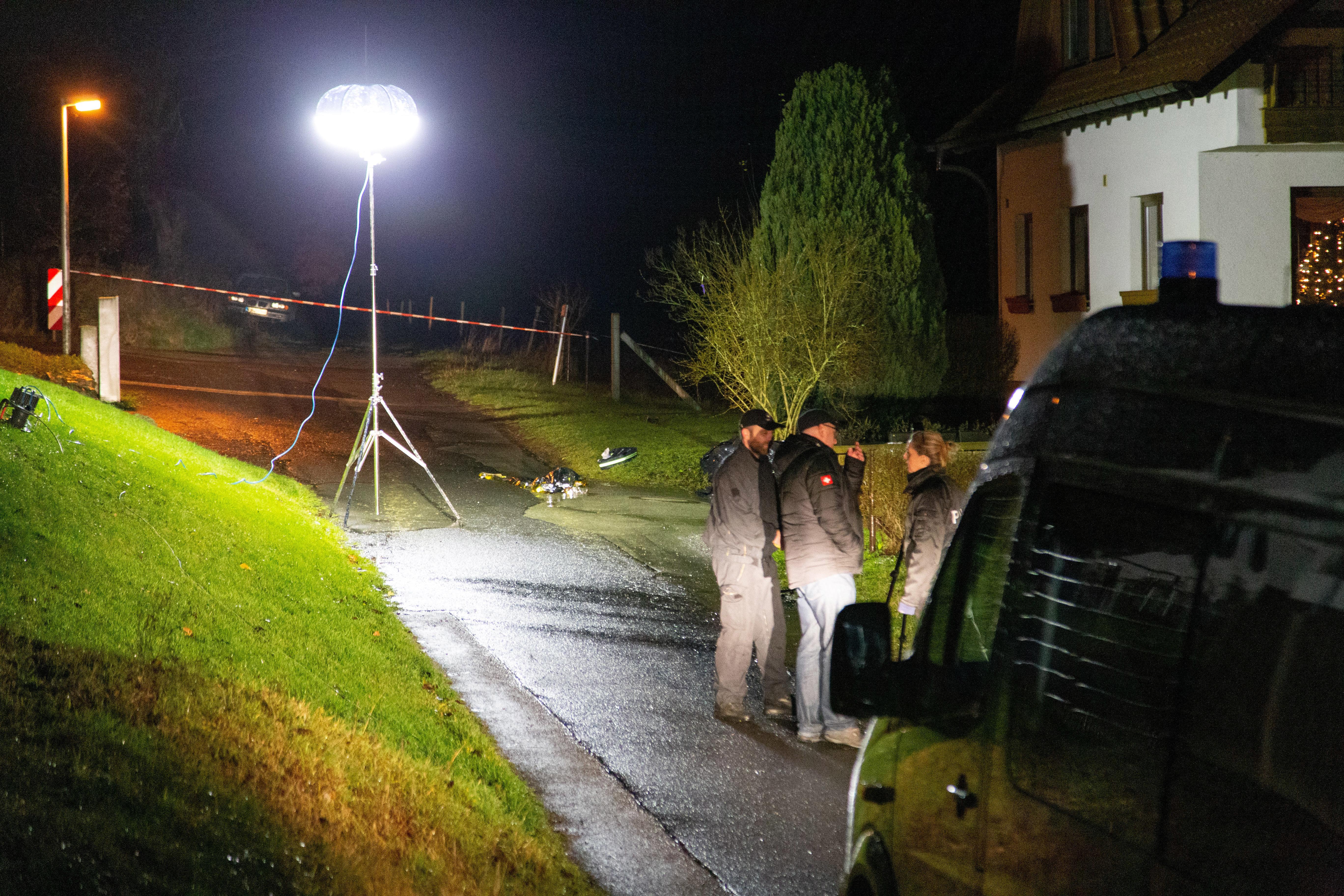 Thüringen, Rosa: Einsatzkräfte der Polizei sind nach einer Schießerei im Einsatz.